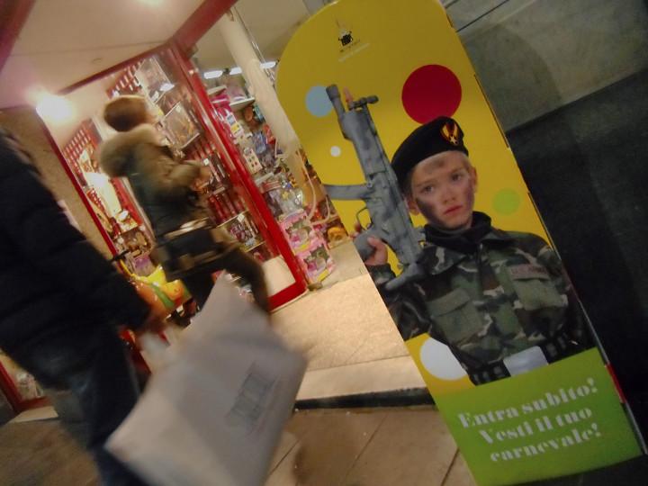 Carnevale paramilitare in Galleria Mazzini