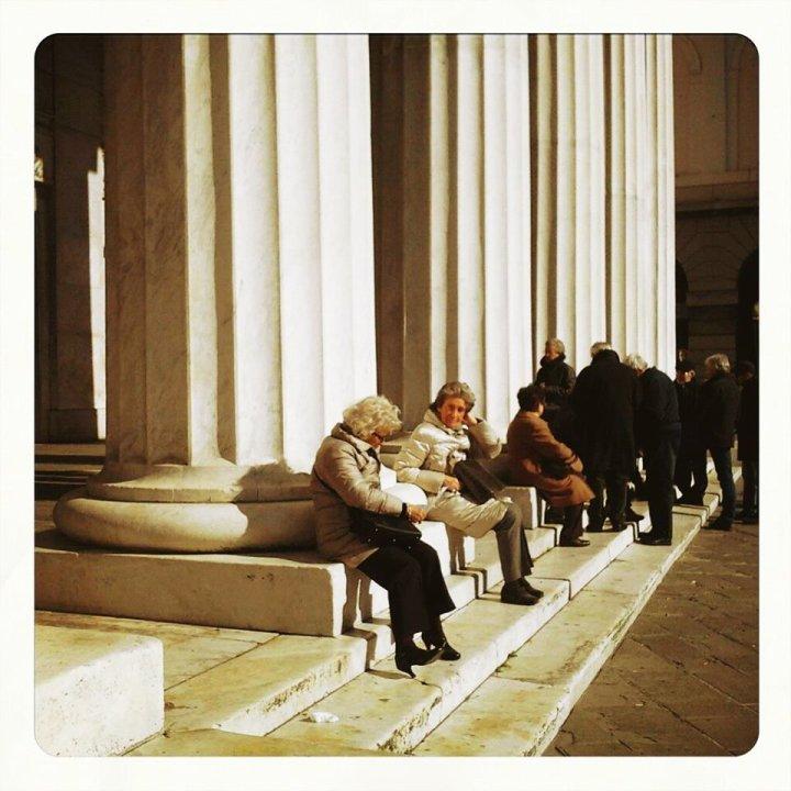 Piazza De Ferrari, si prende il sole