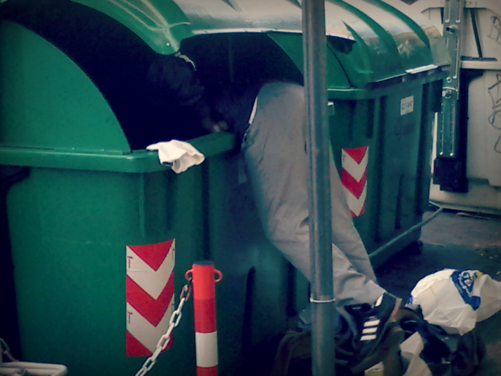 Dumpster diving a Genova